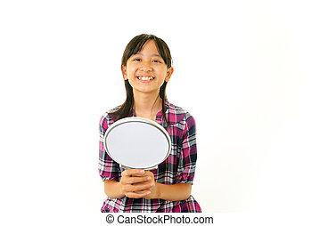 fille souriante, miroir