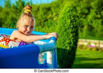 fille souriante, piscine, natation