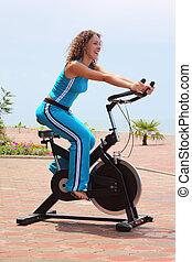fille souriante, sur, vélo, formation, appareil, extérieur