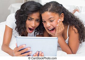 fille, surpris, mère, utilisation, tablette, ensemble