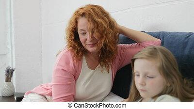 fille, tablette, famille, reposer ensemble, ordinateur portable, mère, père, lit, fils, temps, quoique, informatique, utilisation, numérique, toucher, maison, dépenser, sourire, heureux