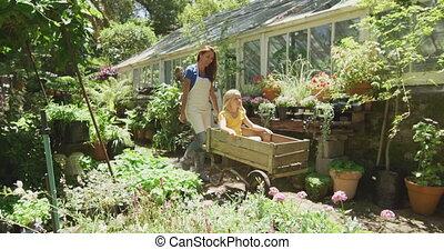 fille, temps, apprécier, jardin, mère