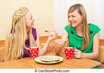 filles, apprécier, thé, et, gâteau