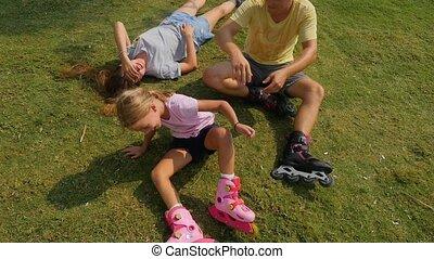filles, avoir, père, amusement dehors