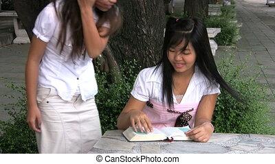 filles, deux, asiatique, schoolwork