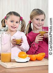 filles, deux, jeune, jus, orange, frais, boire, cuisine