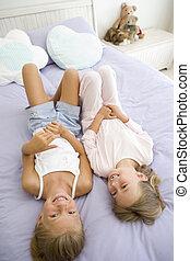 filles, deux, lit, jeune, leur, pyjamas, mensonge