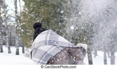 filles, deux, park., boules neige, lentement, jouer