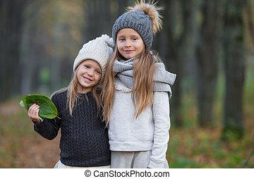 filles, ensoleillé, automne, chaud, dehors, adorable, jour