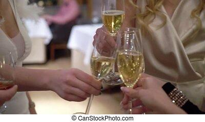 filles, jeune, tintement, fête, lunettes champagne