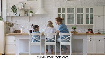 filles, maman, cuisine, chaises, arrière, asseoir, vue