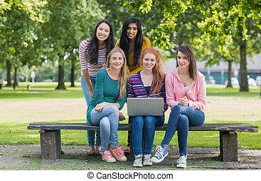 filles, ordinateur portable, parc, portrait, collège, jeune