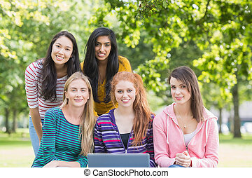 filles, ordinateur portable, parc, portrait, collège