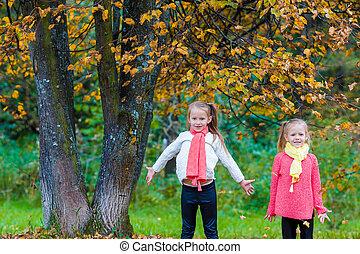 filles, parc, deux, automne, chaud, ensoleillé, adorable, jour