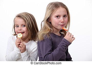 filles, peu, bonbon mangeant