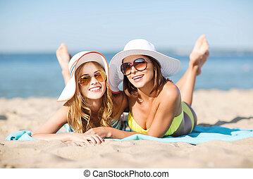 filles, plage, bains de soleil