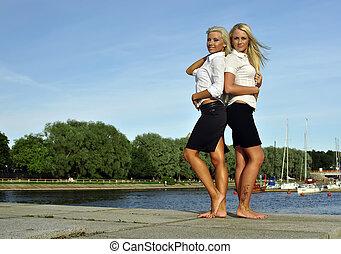 filles, rivière, pieds nue, deux, banque
