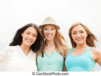 filles, sourire, plage, groupe, refroidir