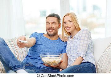 film guarda, coppia, popcorn, casa, sorridente