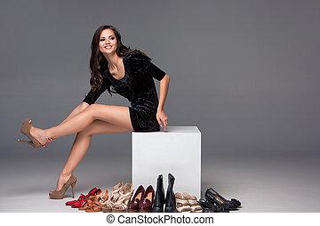 film, nő, cipők, ülés, magas, sarkú, fárasztó