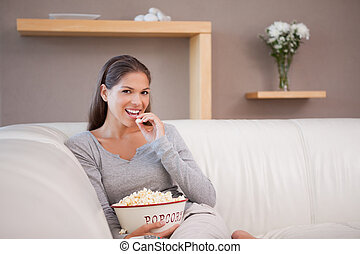 film, quoique, regarder, pop-corn, femme mange