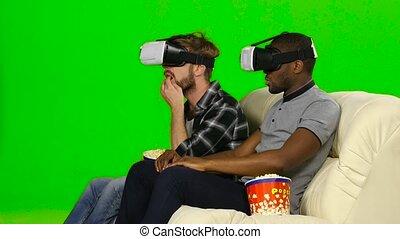 film regardant, écran, hommes, masques, vr, vert, popcorn.