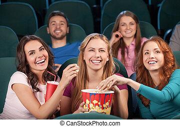film regardant, cinema., gens, jeune, cinéma, rire, amis, heureux