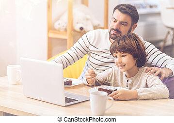 film regardant, père, ensemble, fils, agréable, gentil