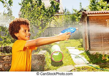 filma, pojke, gevär, vatten, lek, aktiv, leende glada