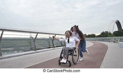 filmer, cavalcade, fauteuil roulant, maman heureuse, girl