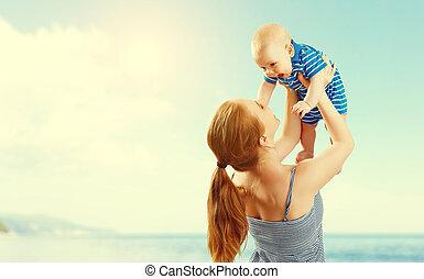 fils bébé, heureux, jouer, mer, famille, avoir, mère, amusement été, plage