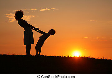 fils, coucher soleil, mère, tenant mains