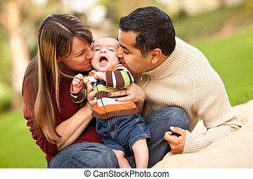 fils, leur, course, parents, mélangé, jouer, heureux