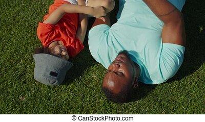 fils, père, mignon, mensonge, pelouse, joyeux, parc