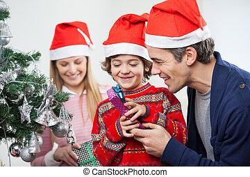 fils, père noël, cadeau, ouverture