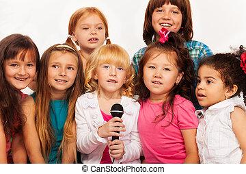 fim, crianças, cantando, tiros