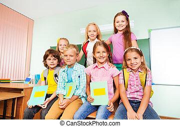 fim, escrivaninha, schoolchildren, junto, sentando
