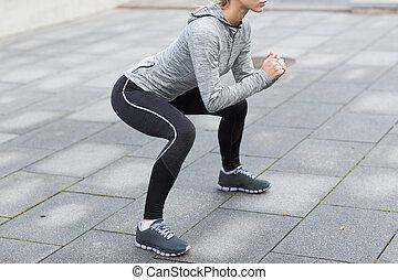 fim, mulher, ao ar livre, cima, squats