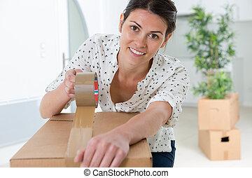fim, mulher, cima, caixa papelão, embalagem