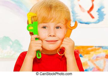 fim, retrato, de, menino, com, trabalhando, brinquedo, ferramentas