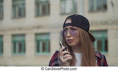 fin, cigarette, casquette, femme, haut, device.happy, populaire, ecig, vaping, gadget, vape, lent, modèle, portrait, électronique, joli, ecig., mouvement, vaporizer., fumeur, brunette, fille femme, noir, hipster, vaper, prise vue., e-cig., jeune