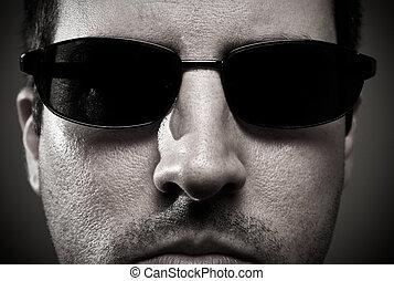 fin, homme, haut, lunettes soleil