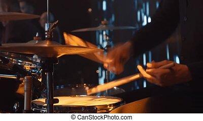 fin, stick., exécute, mains haut, jeux, musical, performance., stage., groupe, vivant, groupe, tambours, batteur, homme
