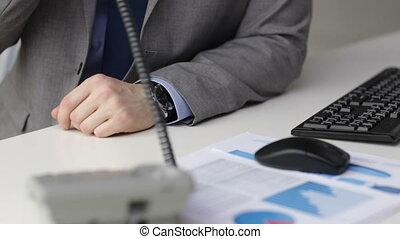fin, téléphone, homme affaires, haut, appeler