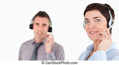 fin, utilisation, employés bureau, haut, ecouteurs