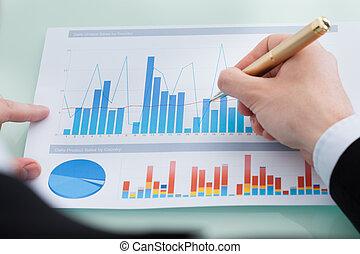 financeiro, diagrama, analisando, escrivaninha, relatório, homem negócios