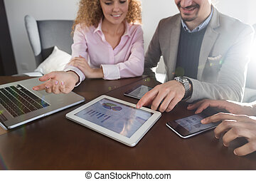 financeiro, tabuleta, pessoas negócio, discutir, tela, sentando, businesspeople, diagrama, coworkers, equipe, relatório, grupo, escrivaninha, reunião escritório