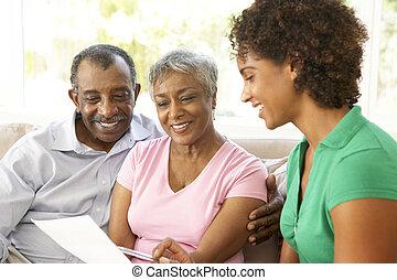 financieel, koppel pratend, adviseur, thuis, senior