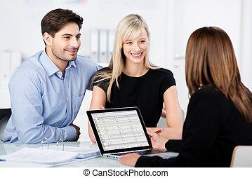financieel, paar, bureau, het kijken, terwijl, adviseur, het glimlachen