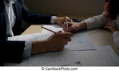 financier, bureau, fonctionnement, graphique, mains, femme affaires, homme affaires